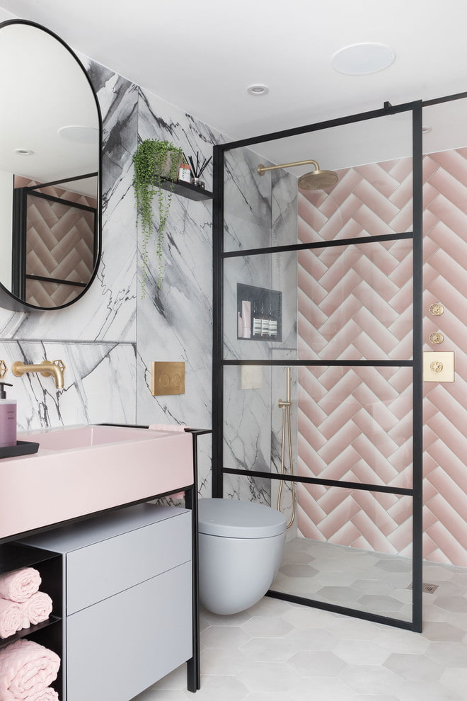Серо-розовый интерьер ванной