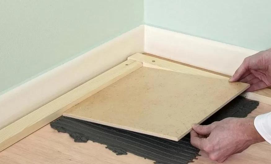 как правильно класть плитку на деревянный пол