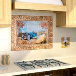 Стильные примеры дизайна рабочей зоны на кухне и фартука с использованием кафеля