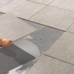 Толщина плиточного клея зависит от укладываемой плитки
